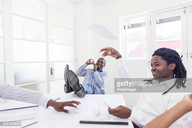 Afrikanischer Geschäftsleute Töten Zeit bei der Arbeit