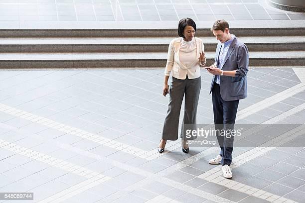 Africaine femme d'affaires et Caucasien homme dans les salles de réunion