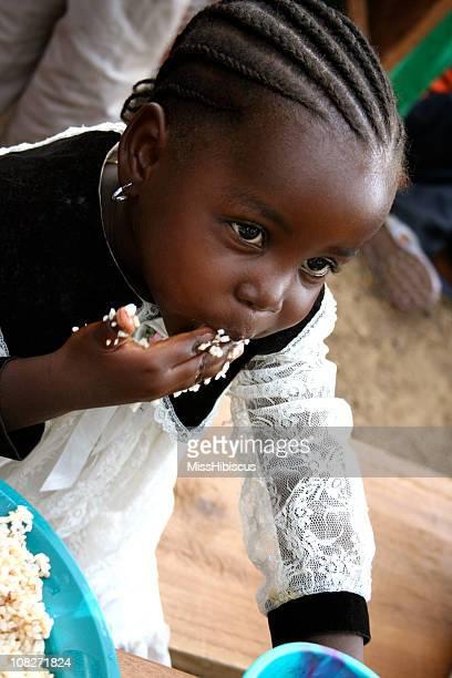 Afrikanische Kind isst