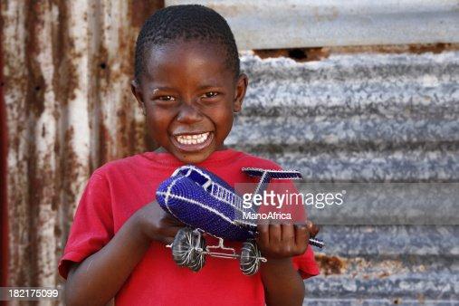 Afrikanische kind spielzeug flugzeug stock foto getty images