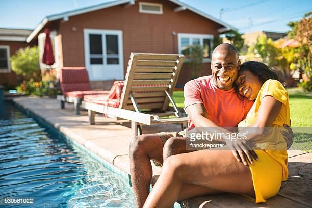 Africaine couple profiter de l'hôtel Cour intérieure au bord de la piscine