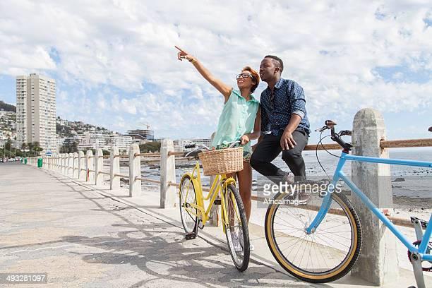 Afrikanische Paar auf der Suche in einem wirklich coolen Gebäude