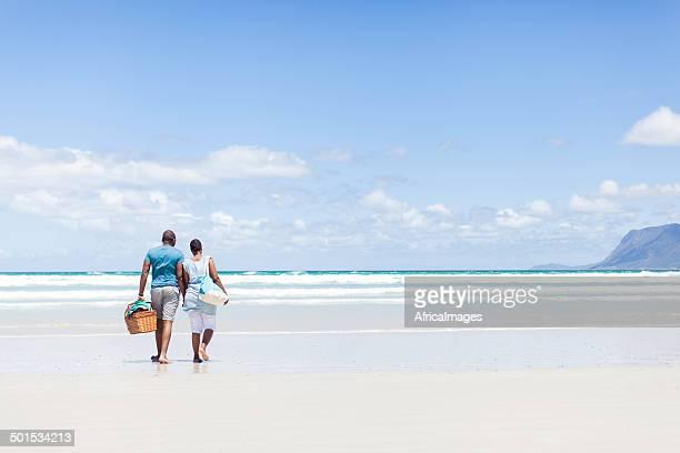 Africaine Couple marchant sur la plage
