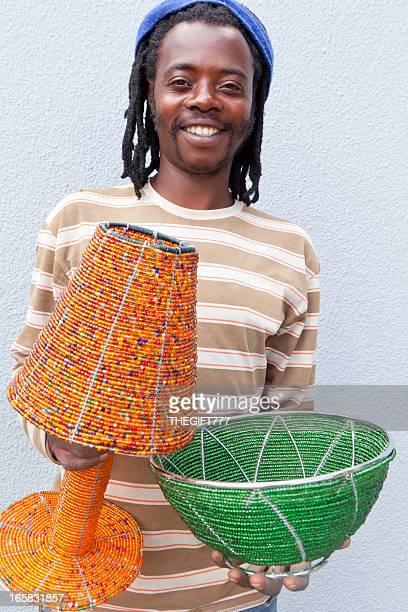 Artigiano africana con il suo mix di perline