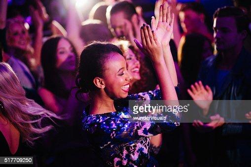 アフリカ民族少女ダンスでは、ご友人とご一緒に 近付いて クラブ