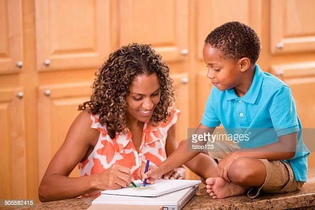 D'origine africaine mère et fils à faire leurs devoirs à la maison.
