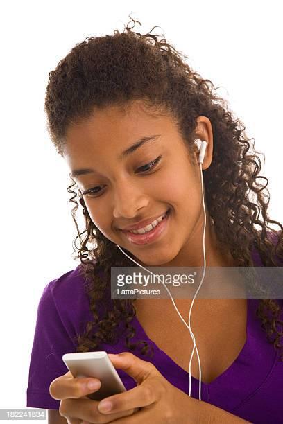 アフリカ民族 10 代の少女探していると手 MP 3 プレーヤー