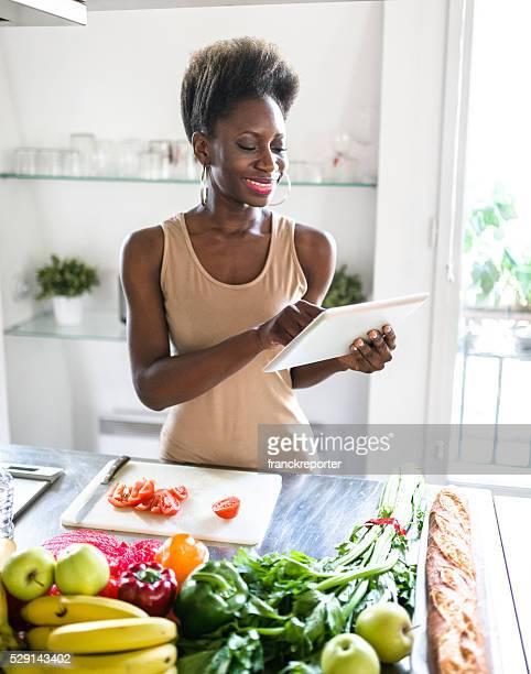 Africaine femme française préparer dans la cuisine