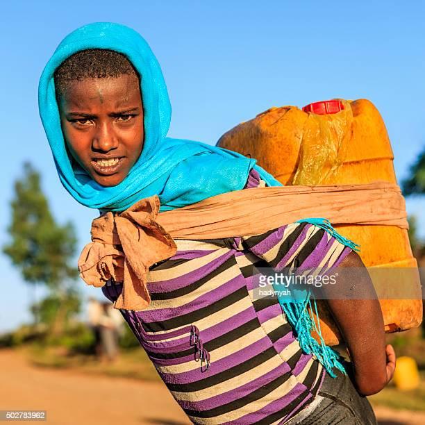 Fille africaine portant l'eau de la rivière, l'Éthiopie, Afrique
