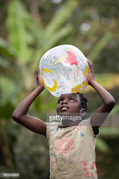 Niña africana está celebrando mundo