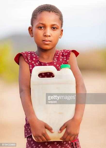 Afrikanische Mädchen mit einem Krug Wasser