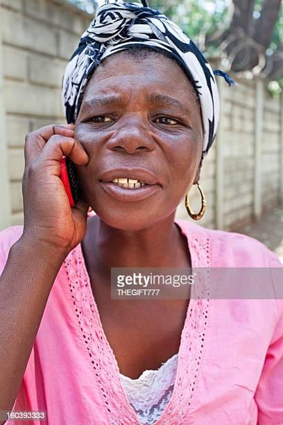 Africaine femme parlant sur le mobile
