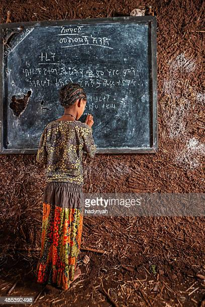 Fillette africaine Amharic apprentissage de la langue