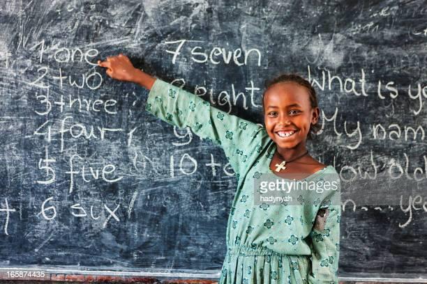 Afrikanische Mädchen lernen Englisch