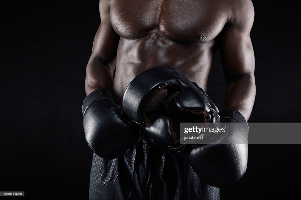 Hombre africano boxeador descansar después de hacer ejercicios : Foto de stock