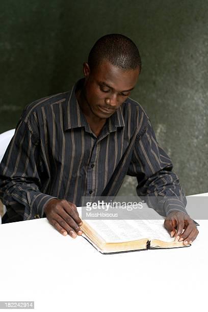 Afrikanische Mann lesen Bibel