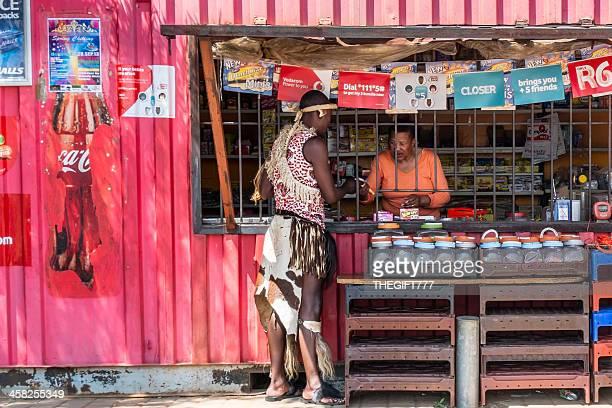 African man spaza でのショッピング