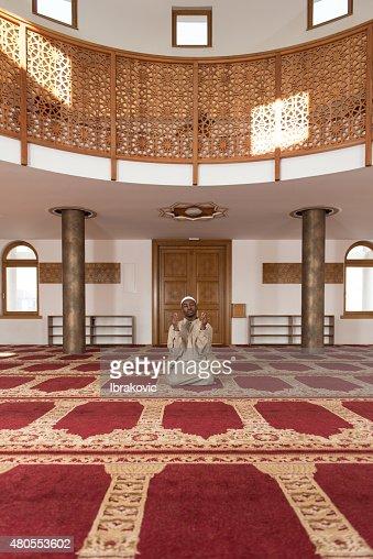 Homem é rezar-muçulmanos na Mesquita : Foto de stock