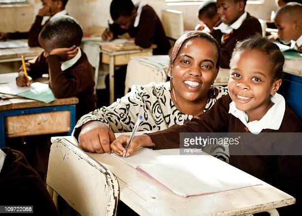Afrikanische im Schulmädchen und Lehrer
