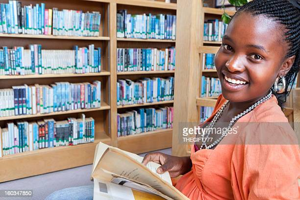 Afrikanische Studenten Lesen in der Bibliothek