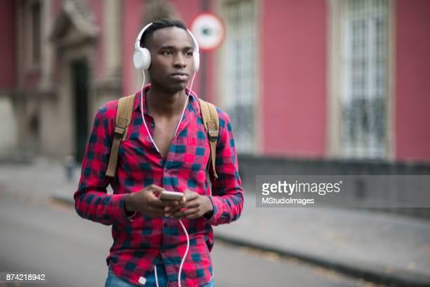 Afrikanska tonåring med mobiltelefon