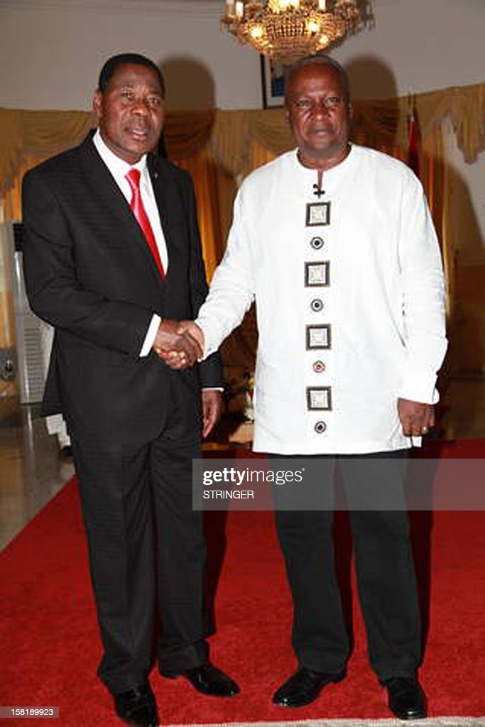 African Union chairman and Benin's President Boni Yayi (L) shakes hand with Ghana's re-elected President John Dramani Mahama in Accra on December 10, 2012, during a visit to congratulate Mahama on his re-election after the just concluded presidential and election. AFP PHOTO / STRINGER .
