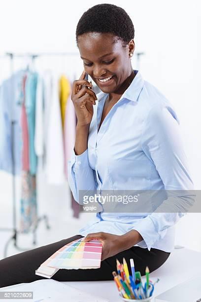 Afrikanische Frau, designer arbeiten in office.