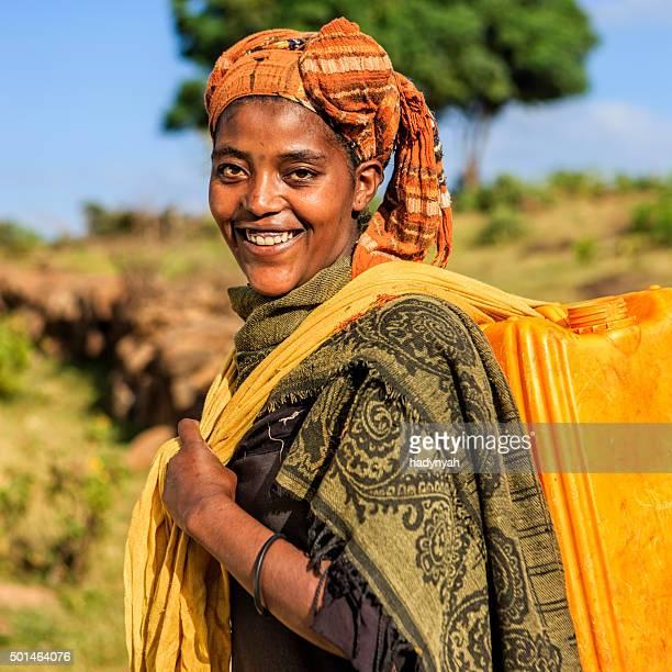 Femme africaine est carring eau à la maison, l'Éthiopie, Afrique