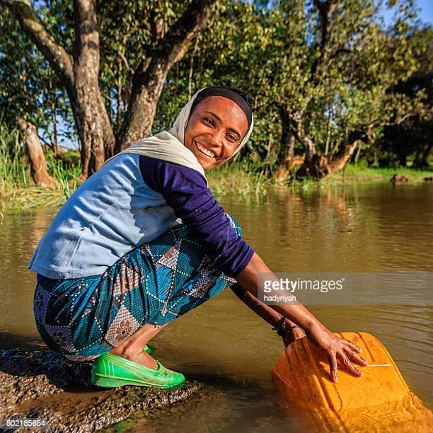 Femme africaine, à l'eau de la rivière, l'Éthiopie, Afrique