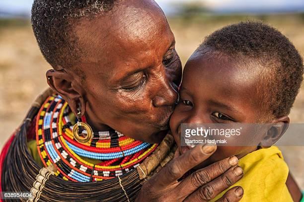 Africaine femme embrassant son bébé, Kenya, Afrique de l'est