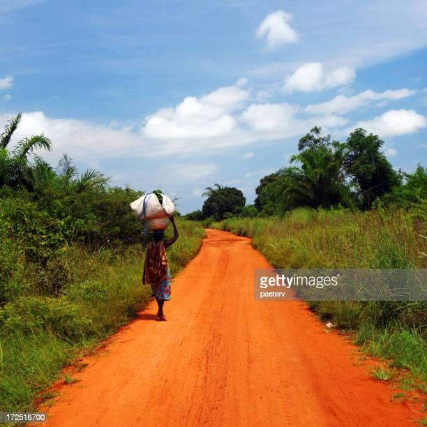 Femme d'Afrique sur la route