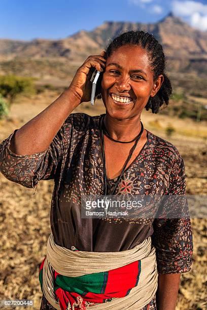 Africaine femme se servant de téléphone portable, village près de Lalibela, Ethiopie