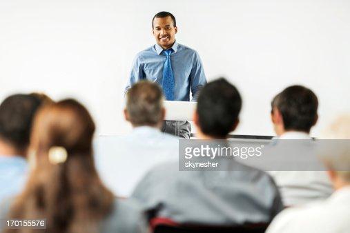アフリカ系アメリカ人男性が、公共のスピーチ。