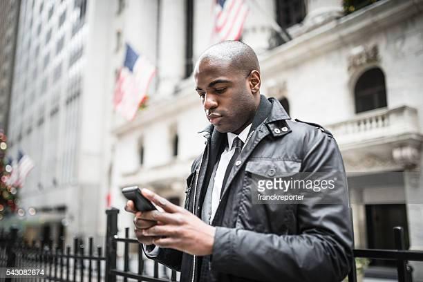 Afro américain Homme d'affaires sur le téléphone dans wall street