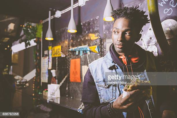 Afro-américaine jeune garçon manger le hamburger au pub