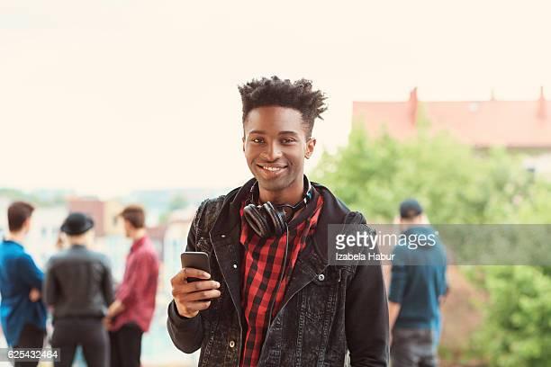 Afro-americana giovane uomo sorridente all'aperto