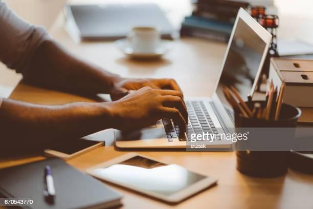 Afro américain jeune homme taper sur ordinateur portable