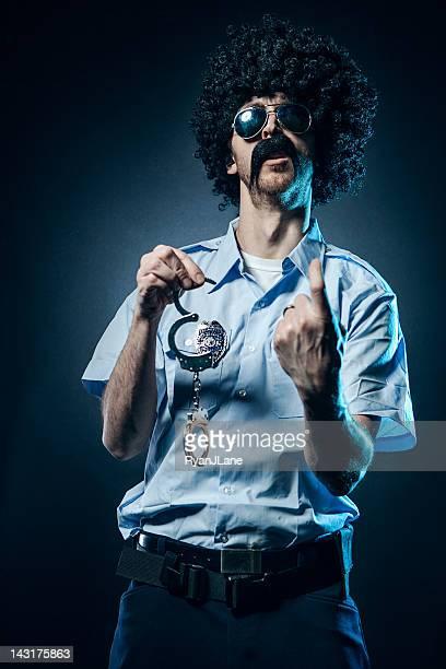 Afro Cop avec moustache énorme