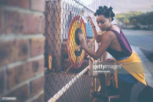 Afro-Mädchen versuchen, die illegal Klettern einen Zaun