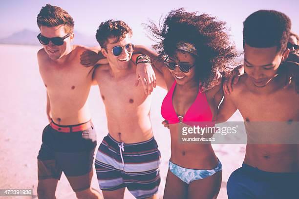Afro Femme marchant avec son garçon amis sur la plage