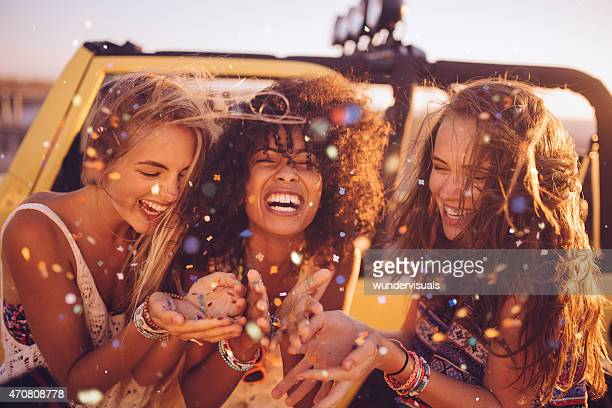 Afro Mädchen mit frineds auf einem road trip Blasen Konfetti