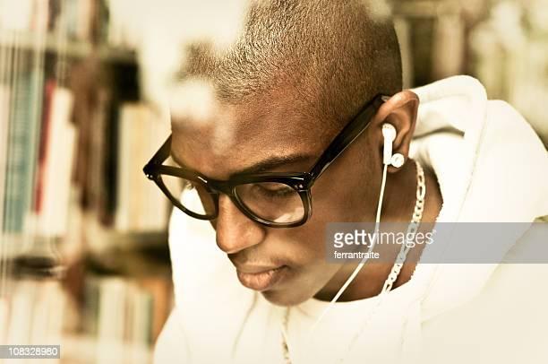 アフリカ系アメリカ人のティーンエイジャーの音楽を聞きながら