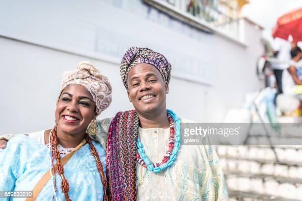 Afro-brasilianisches Paar in Tracht vor Kirche in Salvador