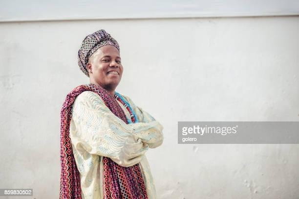 Afro-brasilianischen Mann in religiöser Tracht vor Wand