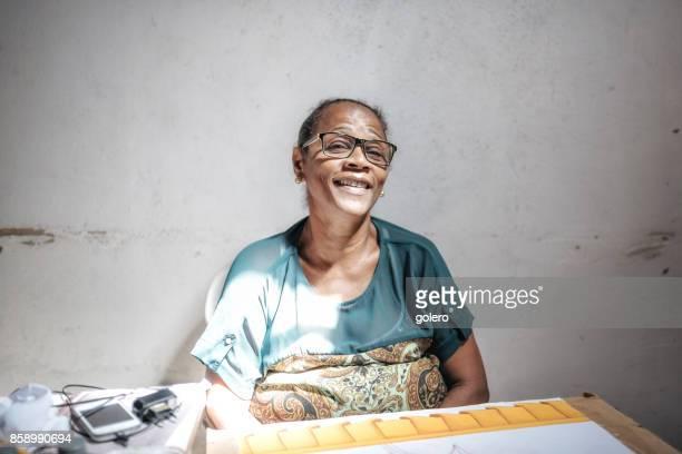 Afro-brasilianische Frau produzieren Tracht im Sozialprojekt in Salvador