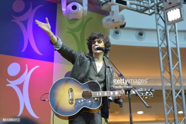 After participating in last Sanremo Festival Ermal Meta meets fans and presents his new album Vietato Morire performing live with an acoustic showcase