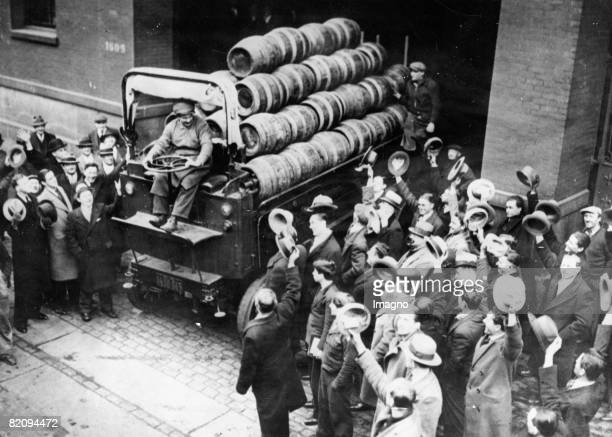 After the annulment of the Prohibition a truck with beer barrels delights the crowd New York USA Photograph Around 1930 [Nach Aufhebung der...