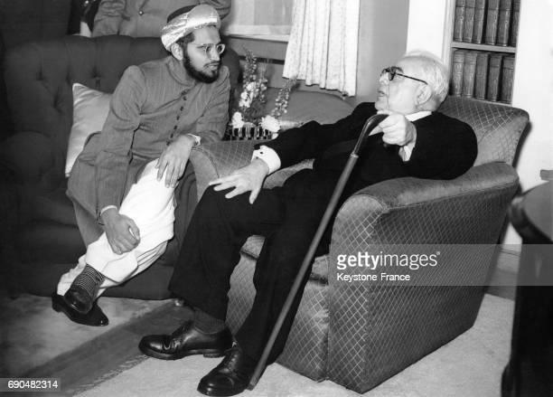 L'Aga Khan III discutant avec Shahzada Y Najmudin lors d'une réception de la communauté musulmane de Londres le 27 octobre 1936 à Londres RoyaumeUni