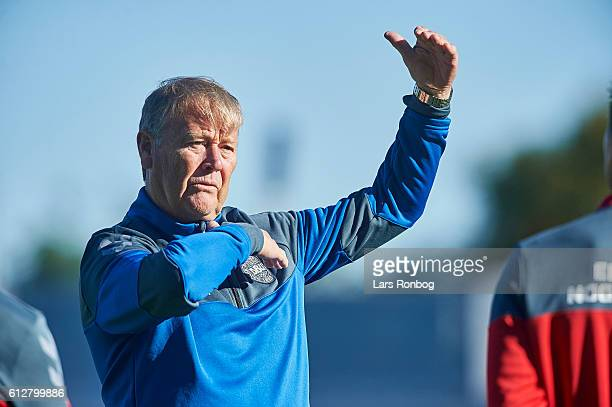 Age Hareide head coach of Denmark speaks to his players during the Denmark training session at Helsingor Stadion on October 4 2016 in Helsingor...