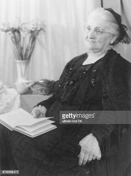 Aged people old woman with headscarf reading a book Studio Lenne Vintage property of Ullstein Bild